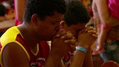 Jovens católicos levam a evangelização às praias artificiais do lago de Itaipu - Fiéis de toda a região percorrem as prainhas para levar a palavra de Deus.
