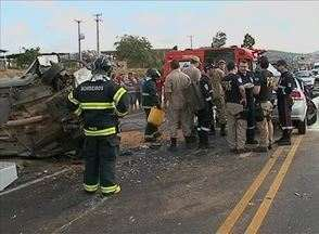 Casal de MG morre em colisão na BR-423 em PE; crianças ficam feridas - Dentro do veículo havia mapa que indicava trajeto de Porteirinha a Caruaru. Homem que seguia em outro carro também morreu no local, segundo PRF.