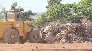 Mutirão 'Levanta DF' recolhe lixo em Sobradinho II - As equipes começaram a trabalhar cedo com a missão de recolher uma montanha de lixo que se formou atrás do restaurante comunitário de Sobradinho II.