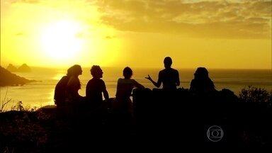 Angélica curte pôr do sol em Noronha com convidados - Flávio Canto e Ricardo Tozzi ainda jogam capoeira. Assista!