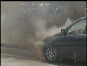 Carro pega fogo no centro da cidade de Petrópolis, no RJ - Carro pega fogo no centro da cidade de Petrópolis, no RJ.