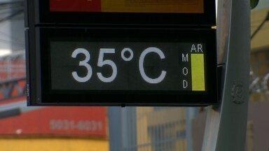 Calor recorde castiga SP - Os termômetros passaram dos 35ºC. Cada um tentou dar seu jeito próprio para se refrescar. Uma piscina no Jabaquara ficou lotada durante todo o dia.