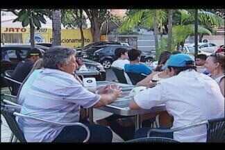 Com o calor, clientes procuram alimentos mais leves em Uberlândia - Lugares com alimentos leves e mesas ao ar livre são os mais visitados.