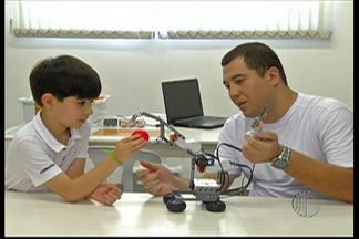 Menino de 7 anos busca ajuda do Sebrae para abrir fábrica de robôs em Suzano - Atitude do garoto chamou a atenção dos funcionários do Sebrae.