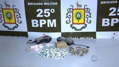 Homem utilizava máquinas de cartão de crédito para vender drogas em São Leopoldo, RS - O homem já cumpria prisão domiciliar e foi preso em flagrante.