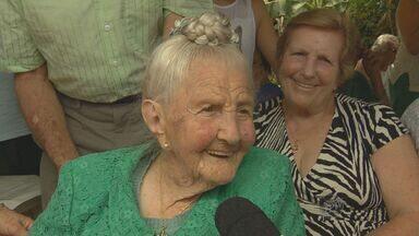 Moradora de Monte Alegre do Sul, SP, completa 105 anos de idade neste sábado - Dona Lúcia mora em um sítio e continua a vida centenária com muita lucidez e saúde.