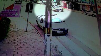 Câmera de segurança grava acidente envolvendo policiais em Cruz Machado - Um motociclista e uma viatura da PM bateram na Avenida Getúlio vargas. O entregador de pizzas teve apenas escoriações. A empresa ficou com o prejuízo da moto. A polícia vai abrir inquérito para apurar o responsável pelo acidente.