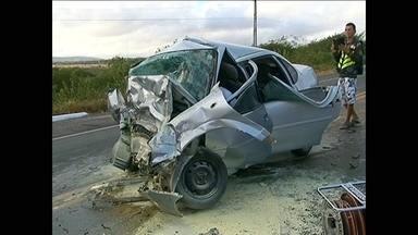 Acidente em Cachoeirinha (PE) mata três pessoas e deixa irmãos órfãos - Vítimas são uma menina de 6 anos e um menino de 12. Pais deles morreram na colisão, quando carro atingiu de frente outro veículo, na BR-423. Condutor do outro carro também morreu.