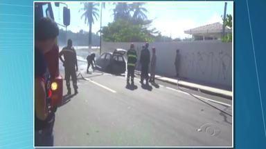 Carro incendeia em avenida de Maceió - Trânsito ficou lento na avenida por causa do incidente.