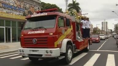 Com honras militares, corpo de ex-governador do AM é sepultado - Vivaldo Frota morreu aos 86 anos, vítima de câncer no estômago.Familiares e amigos prestaram últimas homenagens ao político.