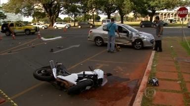 Motociclista fica ferido ao bater em carro no DF - O acidente foi em frente ao Palácio do Itamarati, em Brasília. A motocicleta atingiu a lateral do automóvel. O motociclista foi levado ao hospital.