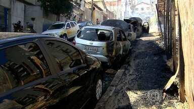Incêndio em lote vago atinge carros em Belo Horizonte - Seis veículos pegaram fogo. Três foram totalmente destruídos e outros três ficaram danificados.