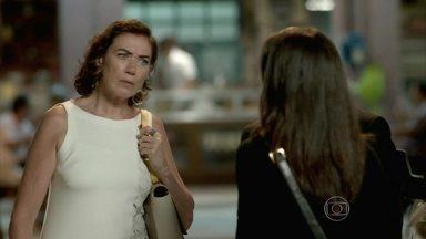 Cora exige que Marta explique o motivo de sua visita a Manoel - A aristocrata se recusa a dar satisfações para a tia de Cristina