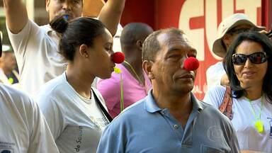 Agentes de combate a endemias e agentes comunitários de saúde fazem protesto em BH - Com nariz de palhaço e apitos, eles fecharam a Rua Goiás, atrás da Prefeitura da capital.