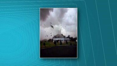 Vento forte destrói telhado de barracão no Paraná - Vendaval atingiu a cidade de Pérola no fim da tarde desta terça-feira (20).