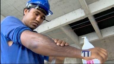 Trabalhadores tentam driblar o calor nesta terça-feira (20) - As temperaturas chegaram próximas a 40 graus em Taubaté