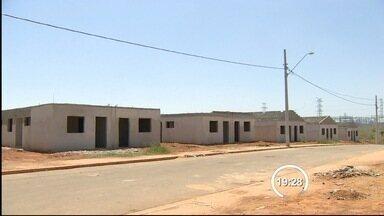 Dez famílias invadieram as obras inacabadas de um conjunto habitacional em Taubaté - Prefeitura diz que vai entrar com ação de reintegração de posse