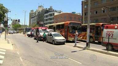 Acidente deixou o trânsito confuso no Centro de Juiz de Fora - Carro seguia no sentido Manoel Honório/Centro quando se chocou com um ônibus. No coletivo estavam 15 passageiros. Quatro ficaram feridos e foram encaminhados ao HPS.