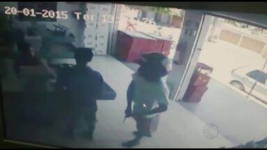 Supermercado é assaltado pela quinta vez em menos de quatro meses, em Ubá - Imagens do circuito interno mostram assaltante armado e usando um capacete. Segundo PM, autor é menor de idade e a arma usada era de brinquedo.