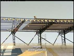 Funcionários trabalham sem proteção na reforma do Moacyrzão em Macaé, no RJ - Trabalhadores não tinham equipamentos de segurança.