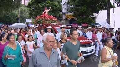 Fiéis prestam homenagens a São Sebastião, em Manaus - Houve procissão pelas ruas do Centro da capital; no final, foi celebrada uma missa no Largo São Sebastião.