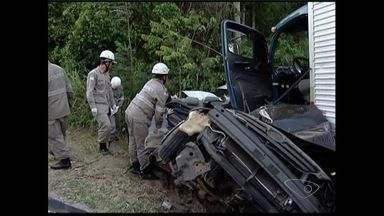 Acidente envolvendo 5 veículos deixa dois mortos na BR-101, no ES - Segundo a Eco 101, há feridos graves.Dois ônibus, um caminhão e dois carros de passeio colidiram na via.