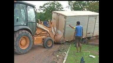 Caminhonete cai em galeria de esgoto e atrapalha trânsito na BR-163 - Roda ficou presa e veículo quase tombou na terça (20), em Santarém. Ninguém ficou ferido. PRF foi ao local organizar o trânsito.