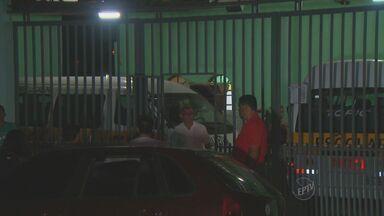 Criminosos rendem casal de idosos no Jardim Campos Elíseos em Campinas - Na noite desta terça-feira (21), assaltantes renderam um casal de idosos dentro de casa no Jardim Campos Elíseos. A polícia foi chamada, houve perseguição pelas casas do bairro e trocas de tiro. Um criminoso foi morto.