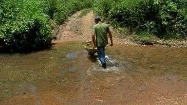 Moradores de distrito ficam isolados - Moradores do distrito de Aguaçú sofrem com isolamento devido à falta de uma ponte.