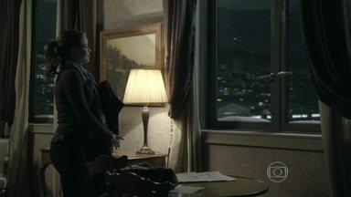 Cristina deixa Genève - Clara e Zé Pedro desconfiam da viagem da irmã. Maurílio manda Marcão investigar o paradeiro de Cristina