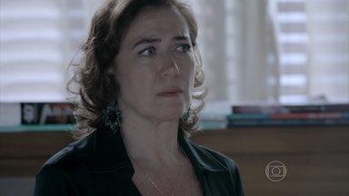 Maria Marta desabafa com João Lucas - Mãe e filha conversam sobre a possibilidade de José Alfredo estar vivo