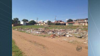 Terreno acumula lixo há 6 meses e preocupa moradores de bairro em São Carlos - Terreno acumula lixo há 6 meses e preocupa moradores de bairro em São Carlos
