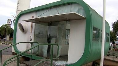 Mais um posto comunitário da PM é atacado em Taguatinga - Esse é o 12º posto destruído desde o início do ano passado até agora. As portas de vidro foram destruídas com pedras.
