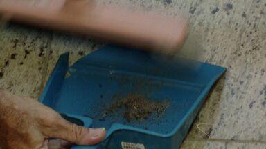 'Desafio do pó preto' releva quantidade de pó acumulada em uma semana, no ES - Ponto isolado de residências ficou sem limpeza por uma semana.