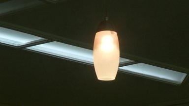 Alternativas simples podem ajudar a diminuir a conta de luz - Em meio a apagões e aumento na conta de luz, só resta aos consumidores economizar. Um consultor dá dicas. Substituir as lâmpadas da casa por fluorescentes é uma das opções.
