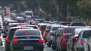 Passageiros usam transporte alternativo para ir ao trabalho - Conforme determinação da Prefeitura de Curitiba, motoristas podem cobrar R$ 6,00 por passageiro. Valores abusivos devem ser denunciados pelo telefone 156.