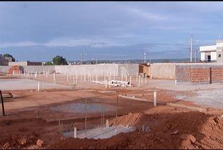 Moradores reclamam que está paralisada a construção de uma creche no Bairro Santa Lúcia - A Secretária de Educação Sueli Nobre, falou sobre a situação da obra.