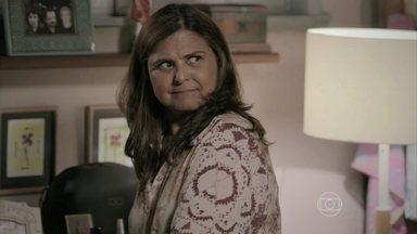 Jurema decide entregar Cora para a polícia - Reginaldo acredita que a maluca tem que sofrer para pagar tudo o que fez