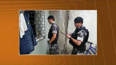 Pai faz filho refém na região de Curitiba - A criança de quatro anos foi mantida como refém dentro da casa no bairro Alto Boqueirão. O pai, um homem de 44 anos, tinha duas facas, segundo a polícia, e queria impedir que a ex-mulher mudasse de bairro e levasse a criança.