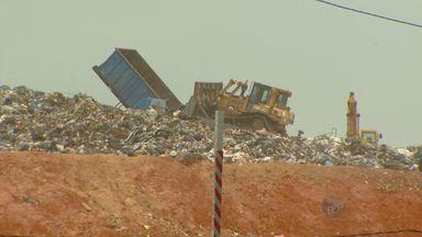 Moradores reclamam de chorume derramado por caminhões de lixo em Sumaré, SP - Caminhões de lixo que vão para Paulínia, SP, onde fica o aterro sanitário que recebe o lixo da cidade, estão derramando o líquido formado com a decomposição de resíduos. Além do cheiro, os moradores estão preocupados com possíveis doenças.