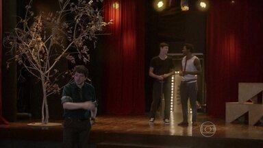 Edgard libera Rico para improvisar no ensaio de luta com João - João reclama do ensaio da cena de luta e Edgard entra na brincadeira