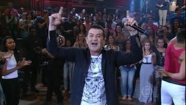 Beto Barbosa canta um grande sucesso da lambada - Cantor se apresenta com a música 'Adocica'