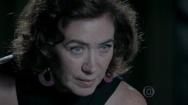 Marta alerta Cristina sobre Maurílio - A madame conta que encontrou uma arma com o vilão