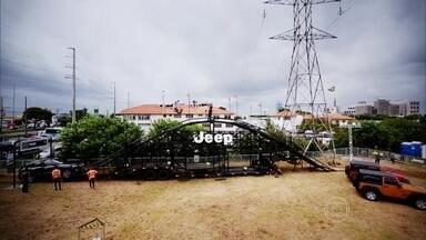 Estrutura de aço e madeira simula experiência fora-de-estrada - Em um verdadeiro parque de diversões para adultos aventureiros, utilitários da marca Jeep encaram obstáculos radicais, como uma montanha de 5 metros.