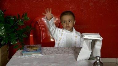 Menino de três anos que deseja ser Papa faz sucesso em vídeo na internet - Rafael, que trata um câncer em Barretos (SP), chama a todos para assistirem a missa. Padre o presenteou com uma batina sob medida e com objetos usados na celebração.