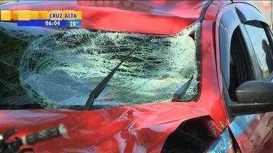 Duas pessoas morrem atropeladas em Porto Alegre - Ciclista sem capacete foi atropelado por táxi. Na Zona Sul, duas mulheres foram mortas em parada de ônibus.