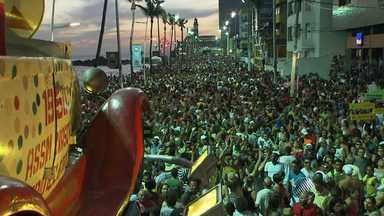 Pré-carnaval Furdunço leva milhares de pessoas ao circuito da Barra, em Salvador - Evento gratuito foi realizado no domingo (8).