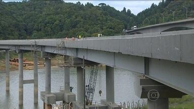 Ponte que liga o Sul e o Sudeste do Brasil está interditada há mais de dois anos - Uma ponte no sentido Curitiba-São Paulo, na Régis Bittencourt, está fechada há mais de dois anos. Ela foi reconstruída e reinaugurada em 2006, só que hoje ninguém está passando por lá. Com problemas estruturais, ela foi interditada, em 2012.