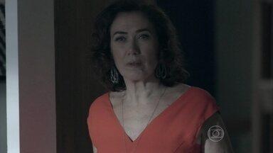 Marta flagra Isis e Zé no maior amasso na mansão dos Medeiros - Madame fica chocada ao ver o marido com a ruiva dentro do seu quarto