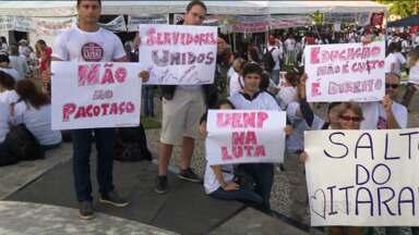 Servidores fazem fila para acompanhar sessão plenária na Assembleia Legislativa - Deputados podem votar 'pacotaço' enviado à Casa pelo governador Beto Richa (PSDB).